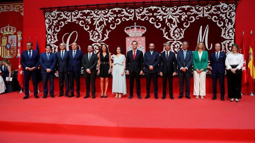 Toma de posesión de los consejeros de la Comunidad de Madrid junto con su presidenta, Isabel Díaz Ayuso.