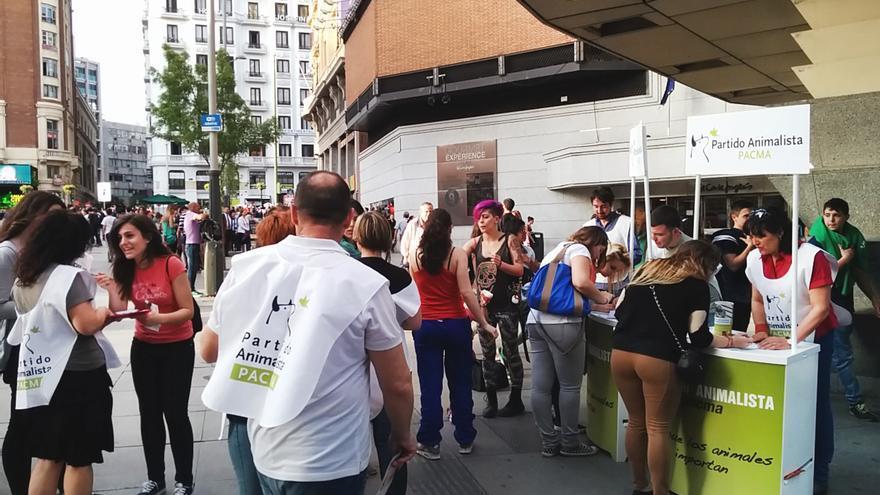 El Partido Animalista recoge firmas en la plaza de Callao de Madrid