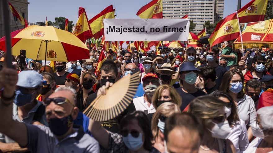 Un cartel en el que se lee: `Majestad, no firme´, en la concentración contra los indultos a los presos del 'procés', en la que han participado una multitud de personas, en la Plaza de Colón