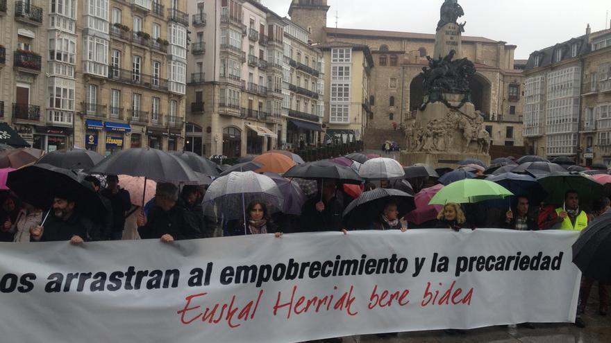 Una cadena humana ha recorrido Vitoria-Gasteiz mientras se celebraba en el Parlamento el debate sobre pobreza.