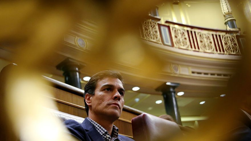 Pedro Sánchez, ex secretario general del PSOE, escucha el discurso de Mariano Rajoy desde su escaño este miércoles 26 de octubre