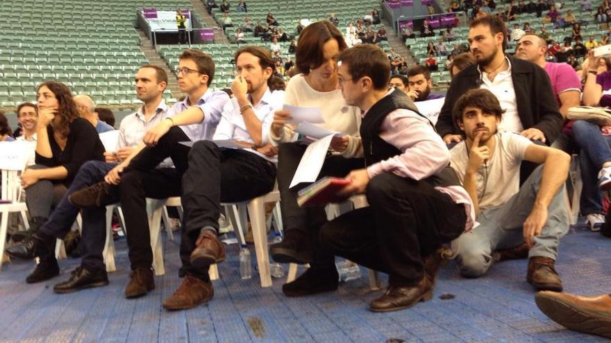 El equipo promotor de Podemos prepara sus respuestas ante las preguntas de los asistentes en Vistalegre / Juan Luis Sánchez