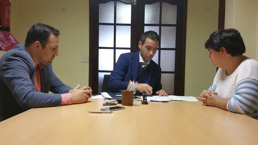 Jonathan Felipe (i), Julio Cibeira y Angy Bravo en el acto de firma de compraventa.