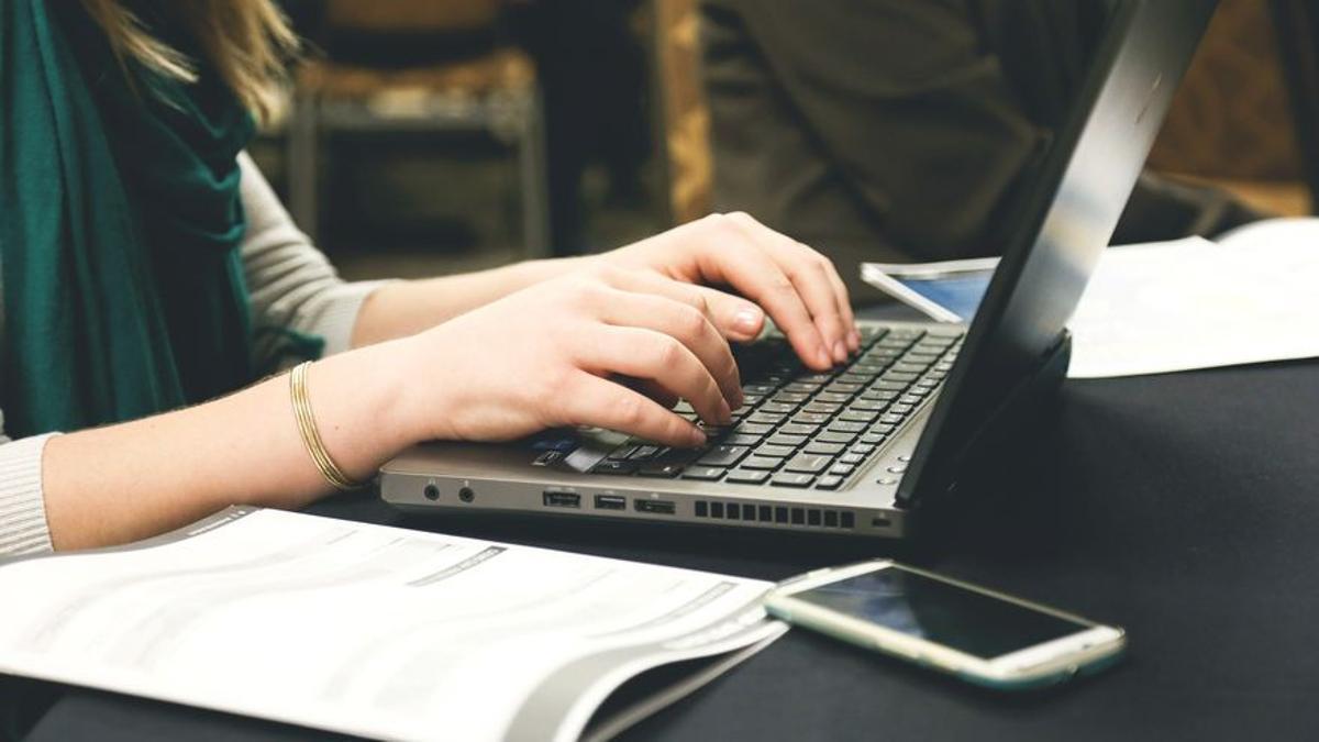 Mujer trabajando con su ordenador. Pixabay