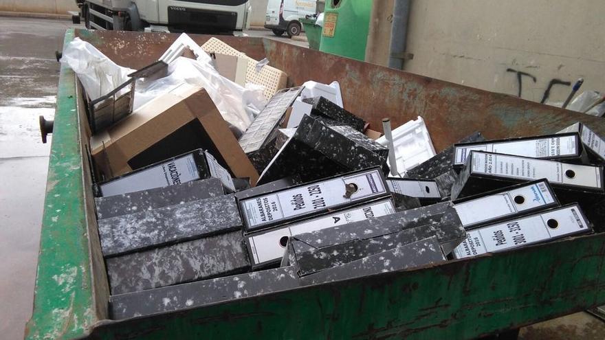 Multitud de archivadores en un contenedor en el Hospital de la Ribera