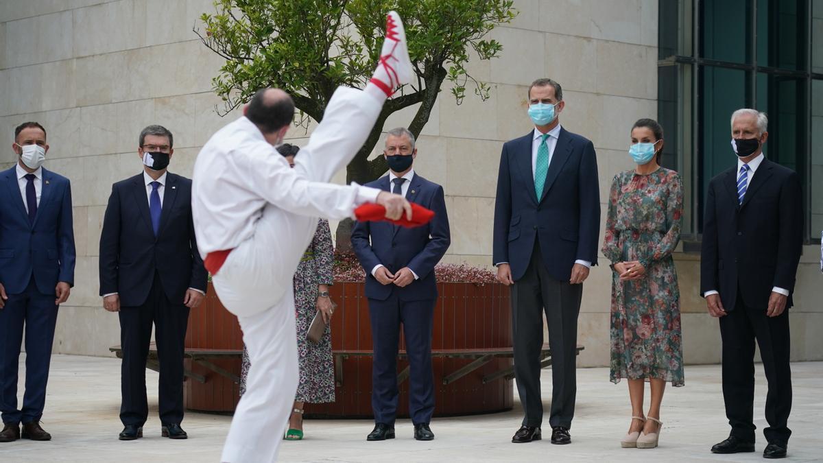 Aurresku een honor a los Reyes, en presencia del lehendakari, Iñigo Urkullu, en una visita en julio a Bilbao