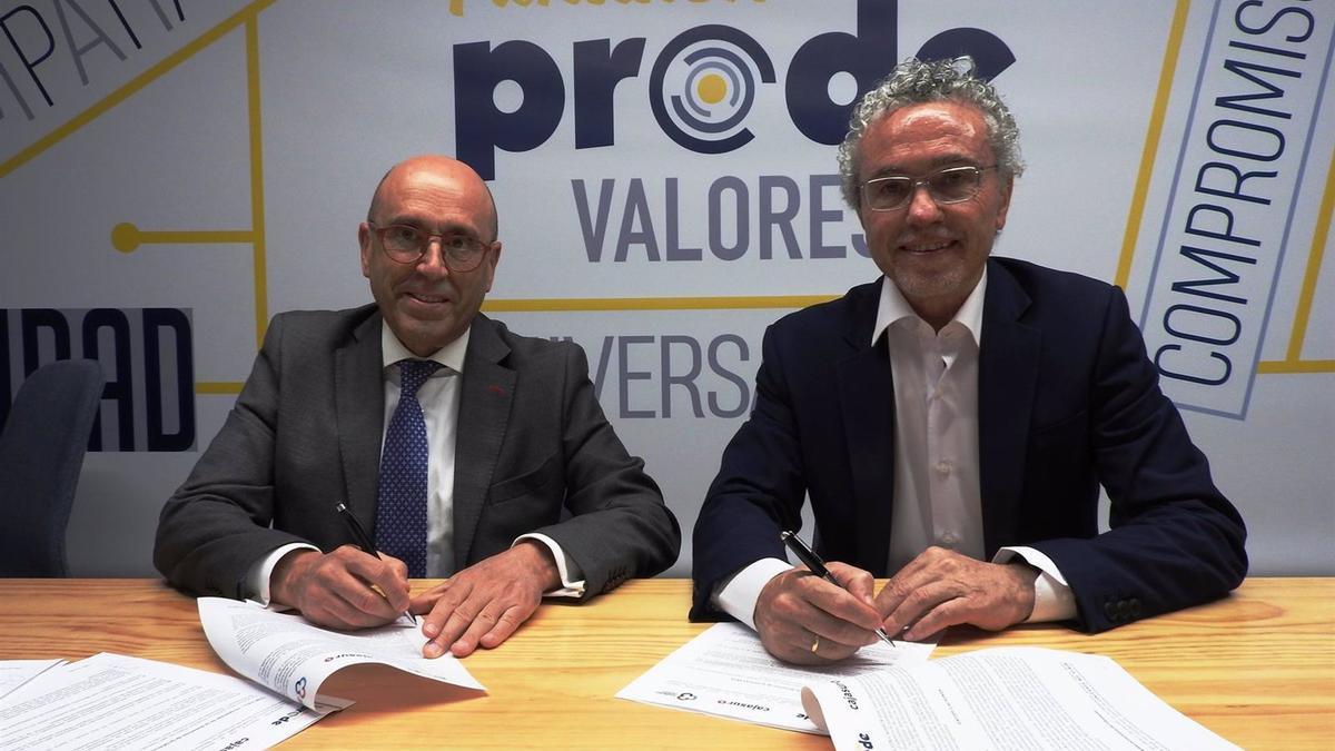 Joseba Barrena y Blas García durante la firma del nuevo acuerdo entre Cajasur y Prode.
