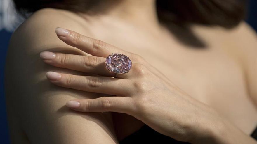 La subasta de un diamante rosado podría batir récords en Sotheby's