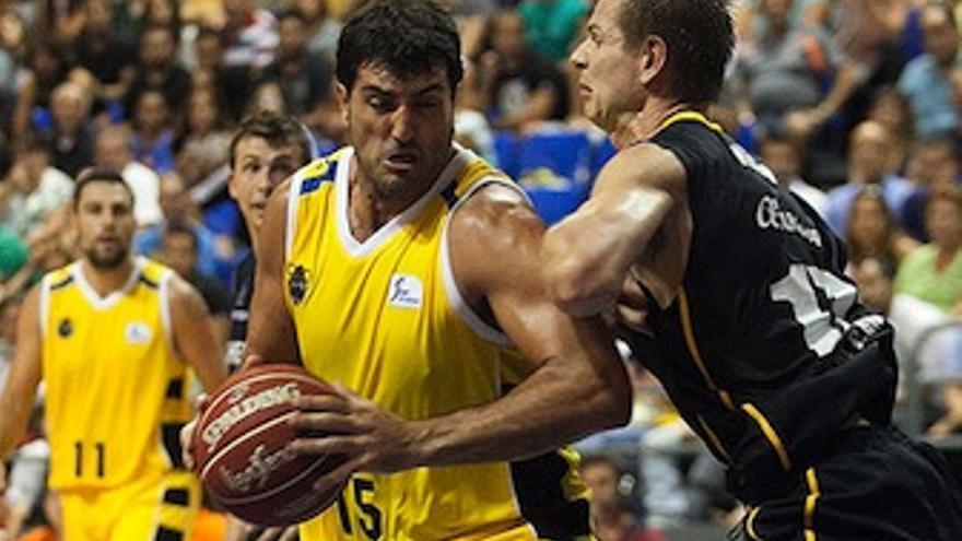 Chagoyen busca hacerse un hueco ante la defensa de Nelson. (CB Canarias)