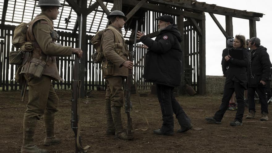El director Sam Mendes junto a George MacKay y Dean-Charles Chapman en el rodaje de 1917. Foto: Francois Duhamel.