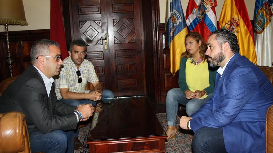 El alcalde de Santa Cruz de La Palma (izquierda) ha expuesto ante los responsables del Gobierno de Canarias los principales temas pendientes en el área de Vivienda en la capital.