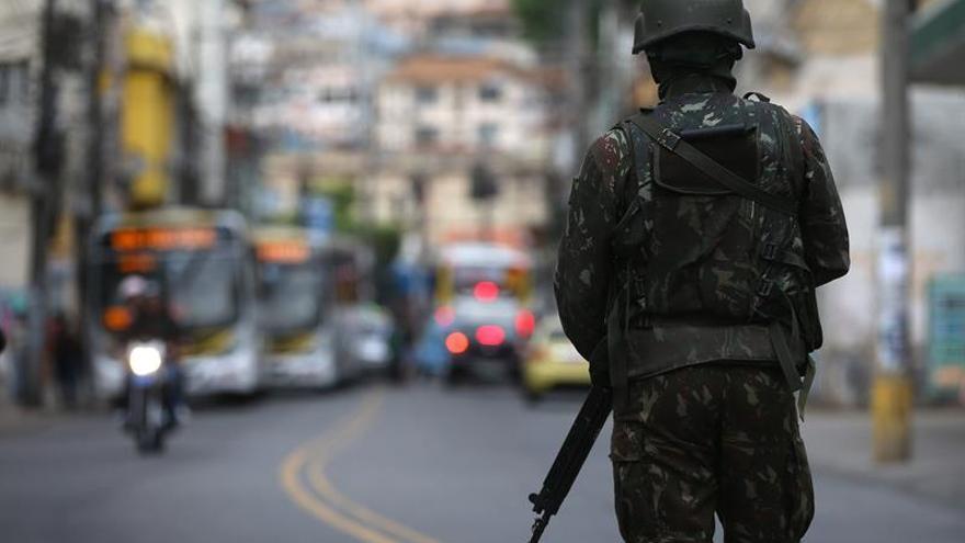 Un niño de 3 años muere tras ser alcanzado por una bala perdida en Río de Janeiro