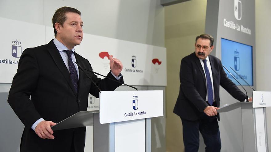 El presidente de Castilla-La Mancha, en primer plano, junto a consejero de Sanidad