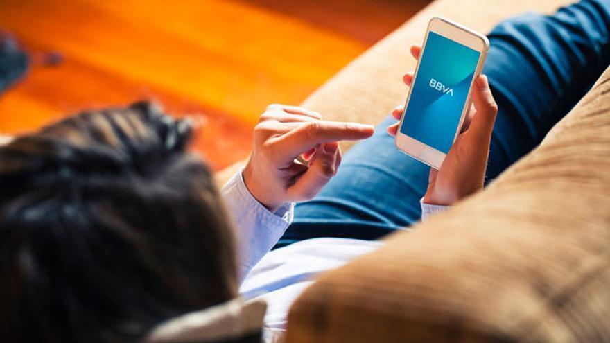 Una clienta de BBVA utilizando su app.