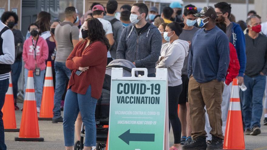 Los latinos de EE.UU. cambiaron y se sumaron en abril a los provacunas