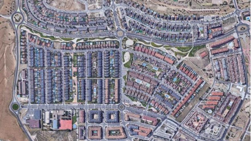 Arroyomolinos (Google Maps). Ejemplo de urbanismo de baja densidad compuesto por bloques cerrados con piscina e hileras de chalets.