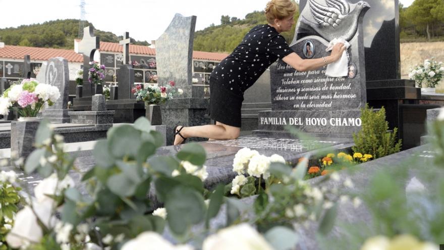 María Chamón, madre de Laura del Hoyo, en la lápida de su hija / Saúl García