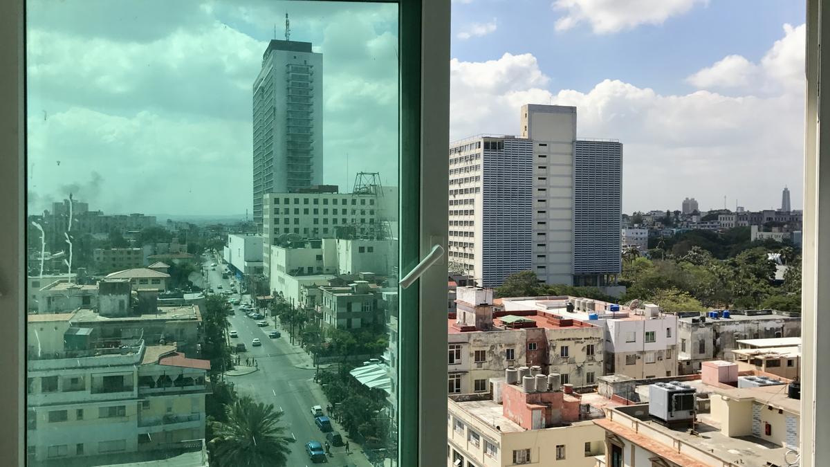 Vista por una ventana del Edificio FOCSA hacia Calle M. Construido por el arquitecto español Martín Domínguez y el cubano Ernesto Gómez Sampera (1954)