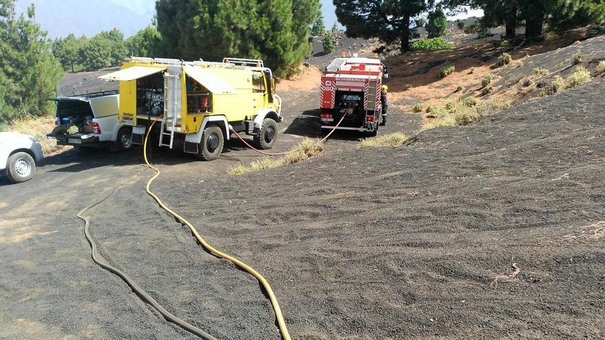 En la imagen, vehículos que han participado en la extinción del conato. Foto: BOMBEROS LA PALMA