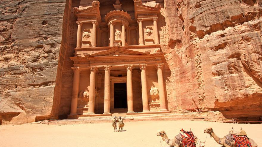 Camellos junto a la fachada de 'El Tesoro' en Petra. L'amande (CC)
