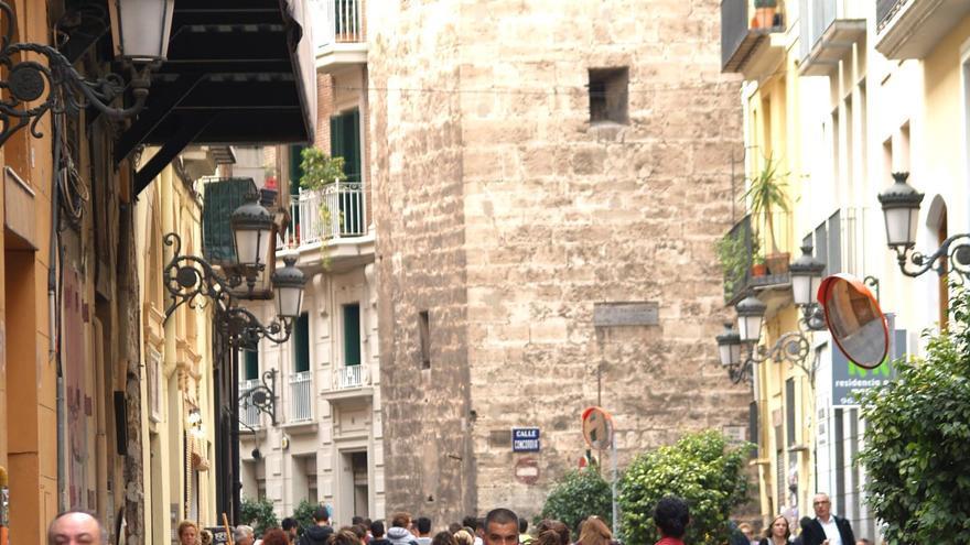 Varias personas pasean por la calle Serranos liberada de coches