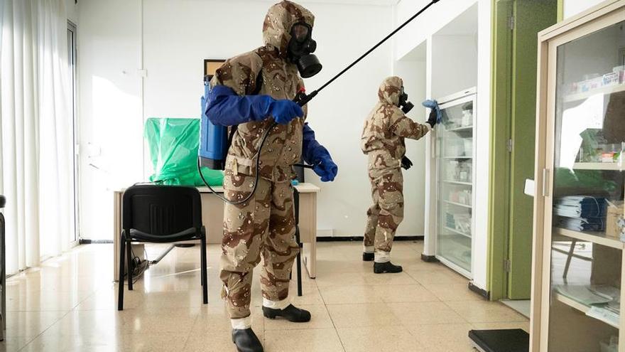 Efectivos del Ejército de Tierra, con trajes de protección, realizan labores de desinfección en el centro de salud de Anaga