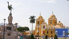 La catedral acapara toda la atención en la Plaza de Armas de Trujillo.