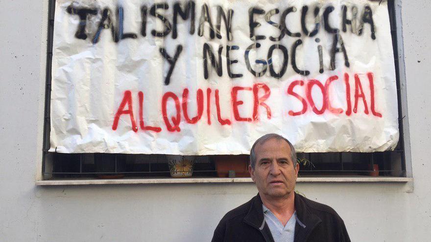 Anwar, junto a un cartel en contra del fondo propietario de su vivienda.
