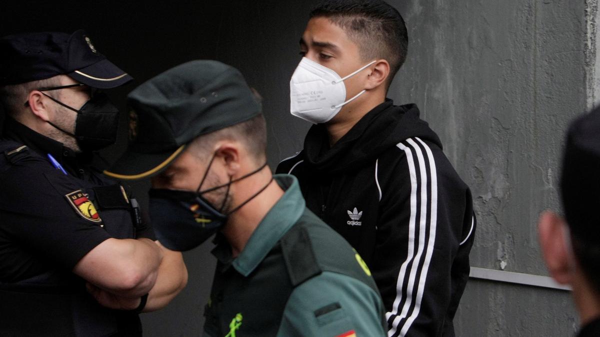 Uno de los tres varones mayores de edad encarcelados como presuntos autores de la agresión que acabó con la vida deSamuelLuiz llega este 5 de agosto al edificio de los juzgados de A Coruña.