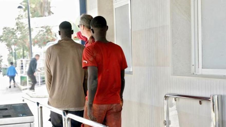 Efectivos de la Guardia Civil y Policía Nacional trasladan a los migrantes tras el salto que realizaron el 21 de octubre a la valla que separa la ciudad española de Melilla, fronteriza con Marruecos.