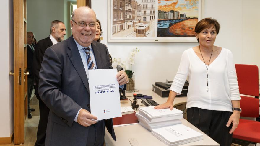 Juan José Sota posa en el Parlamento con el proyecto de Presupuestos Generales de Cantabria para 2016. | Raúl Lucio
