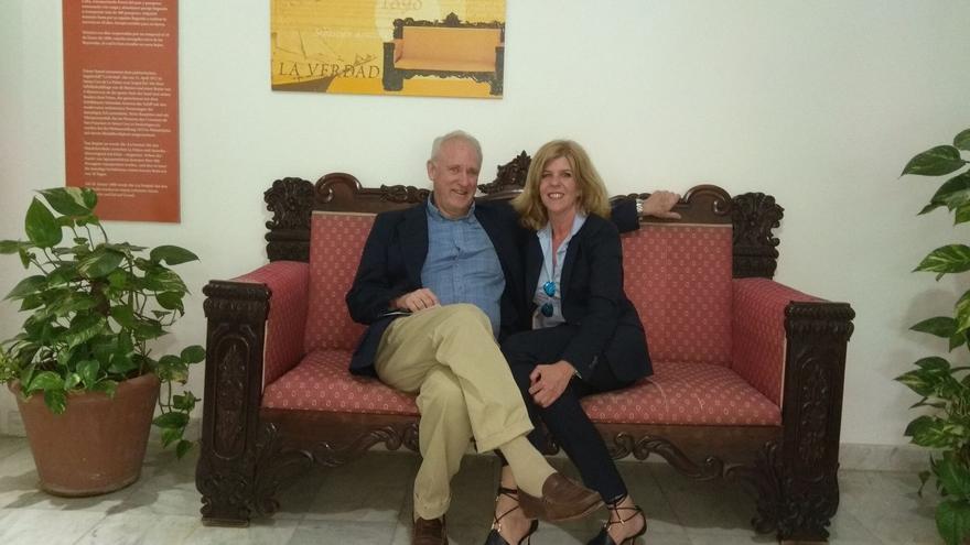 Thomas Cox y Carmen Concepción en el sillón de 'La Verdad' de la Hacienda San Jorge.