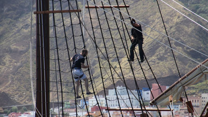 La tripulación de la nao Santa María en maniobras de atraque.
