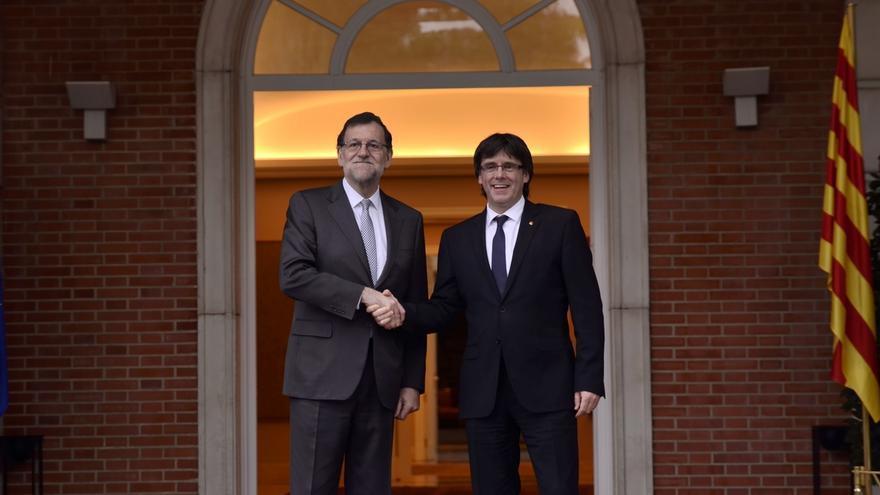 Puigdemont entrega 46 reclamaciones a Rajoy, empezando por un referéndum vinculante