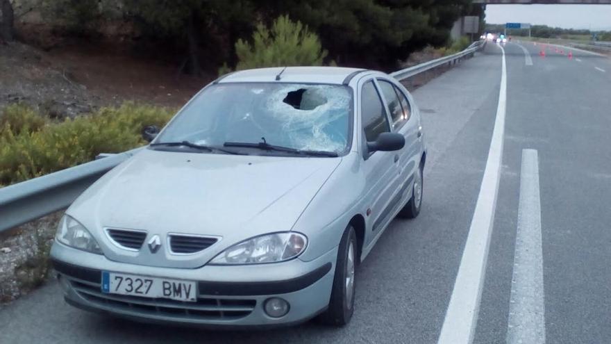 Herido un conductor por un piedra caída desde un puente en Castejón