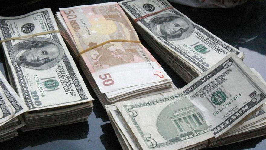 El euro baja a 1,0944 dólares en una negociación muy volátil