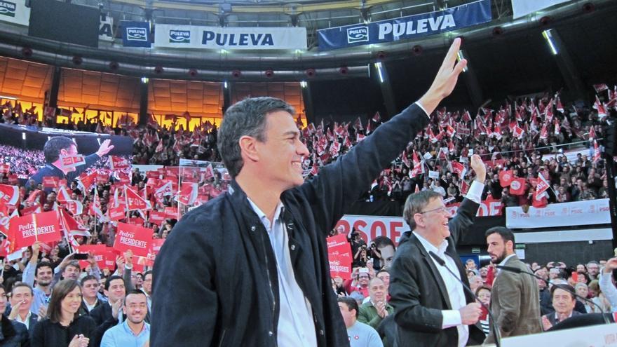 """Pedro Sánchez, papeleta en mano, pide el voto para cambiar España y """"echar al amigo de Bárcenas"""""""