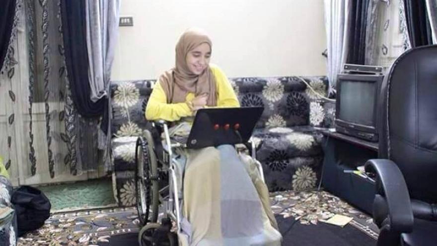 Israa Al Taweel sufre una lesión en la pierna debido a una herida de bala que le impactó cerca de su columna vertebral cuando, en 2014, fotografiaba el aniversario de la revolución del 25 de enero de © Particular