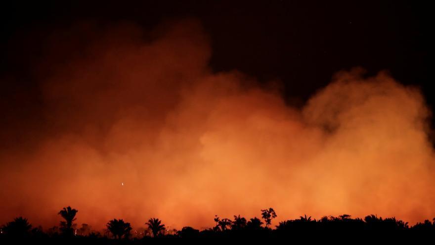 Las llamas se asoman entre el humo en una zona cerca de Humanita, Brasil, 17 de agosto