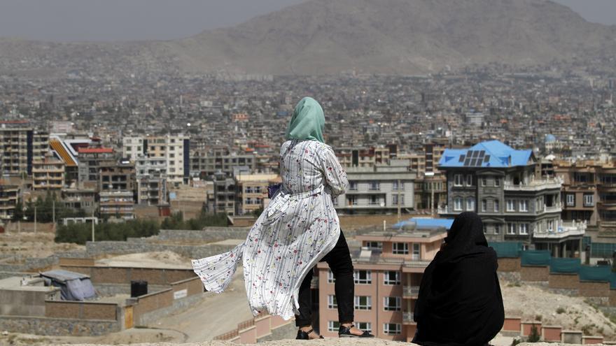 Dos mujeres afganas contemplan el paisaje en Kabul.