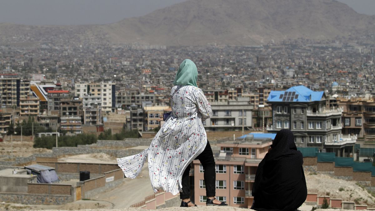 Dos mujeres afganas contemplan el paisaje en Kabul, capital de Afganistán