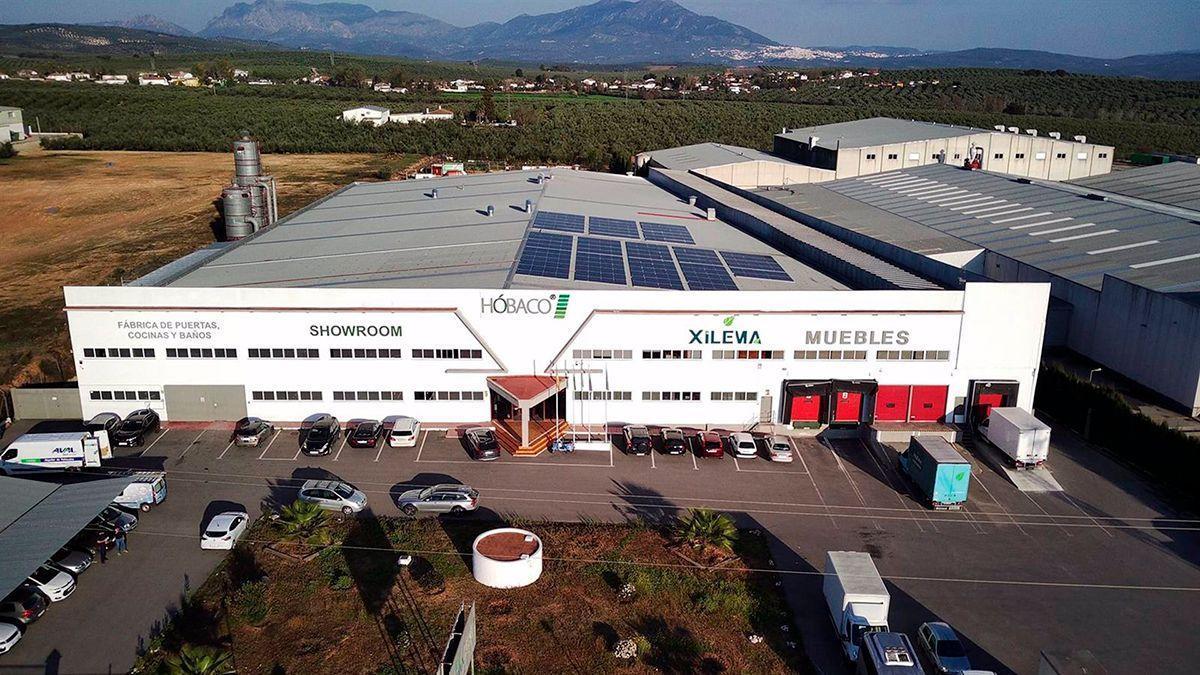 Paneles solares en el tejado de la empresa Hóbaco en Lucena.