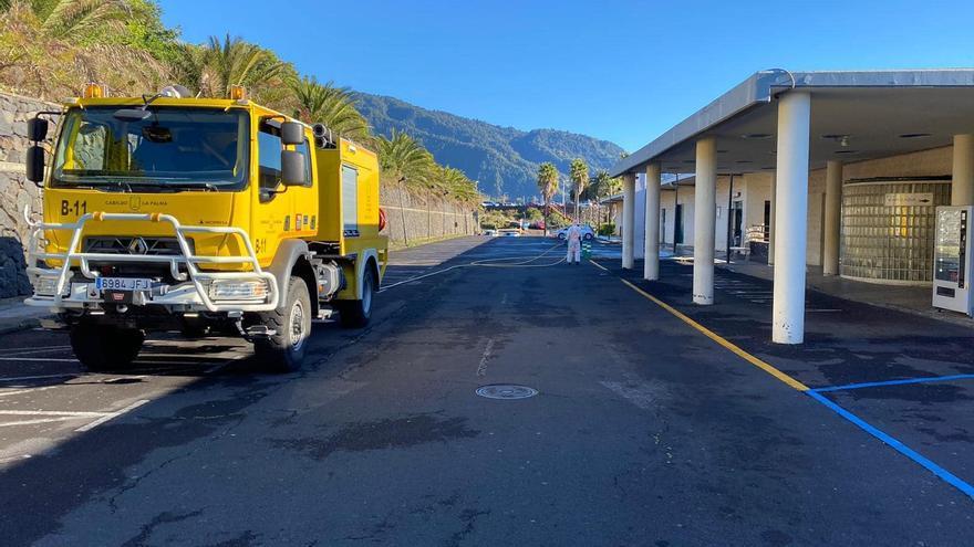 Personal de Medio Ambiente, este sábado, realizando labores de limpieza y desinfección en las inmediaciones del Hospital General de La Palma.
