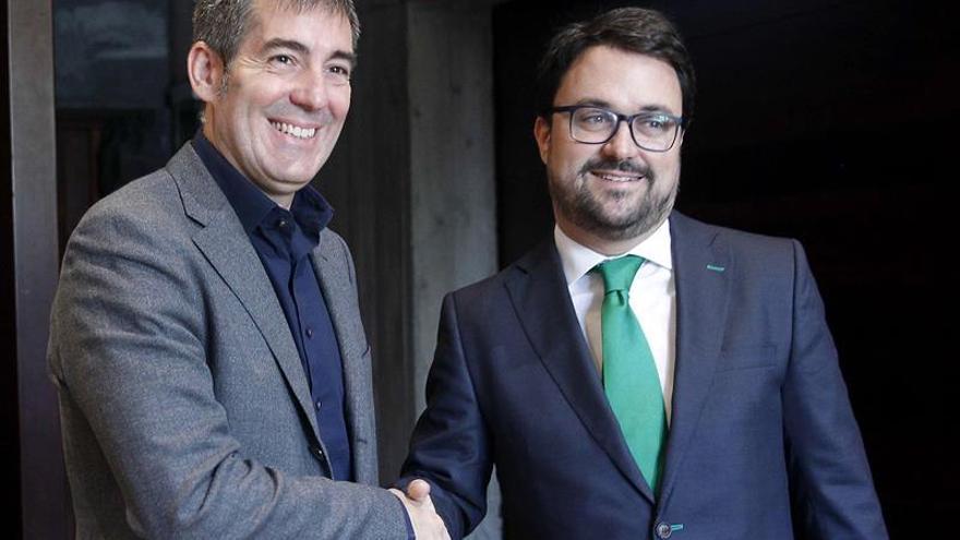 El presidente del Gobierno de Canarias, Fernando Clavijo, se reunió este lunes con el presidente del grupo parlamentario popular y presidente del PP en Canarias, Asier Antona. EFE/Cristóbal García