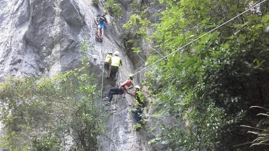Rescatan a una mujer con el hombro dislocado en la vía ferrata de La Hermida