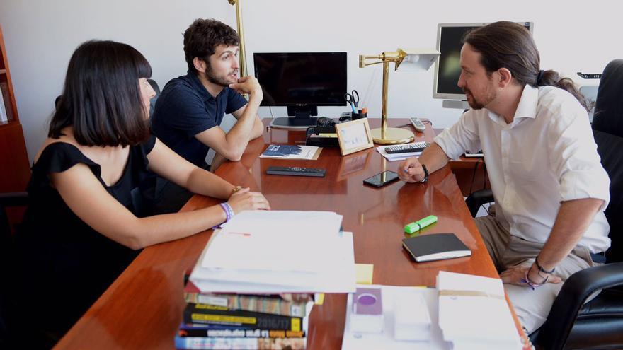 Un momento de la reunión mantenida entre Antonio Estañ, Sandra Mínguez y Pablo Iglesias en Madrid