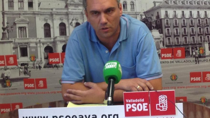 Javier Izquierdo, portavoz del PSOE en el Ayuntamiento de Valladolid, durante la rueda de prensa que ofreció ayer.