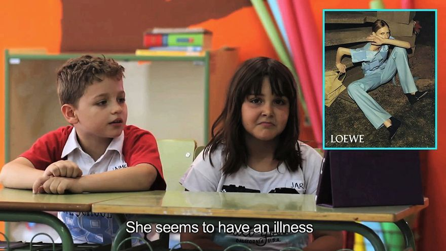 Dos niños analizan una fotografía de moda / FOTO: Yolanda Domínguez.