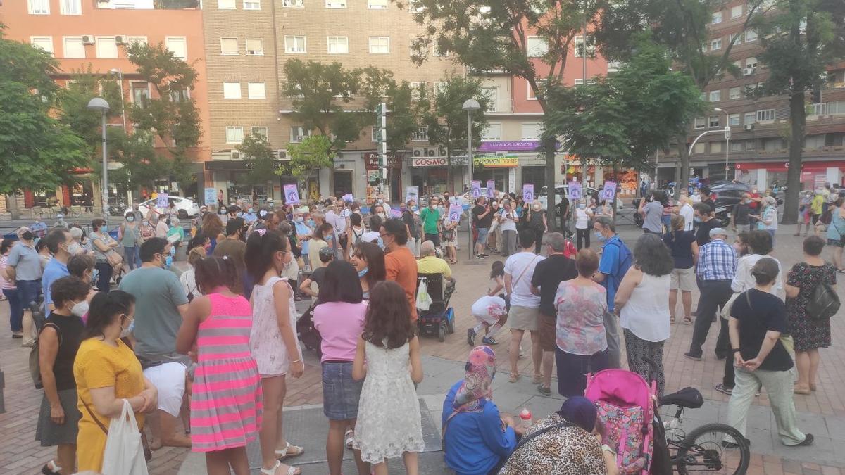 Algunas de las personas concentradas ayer en la plaza de las Palomas