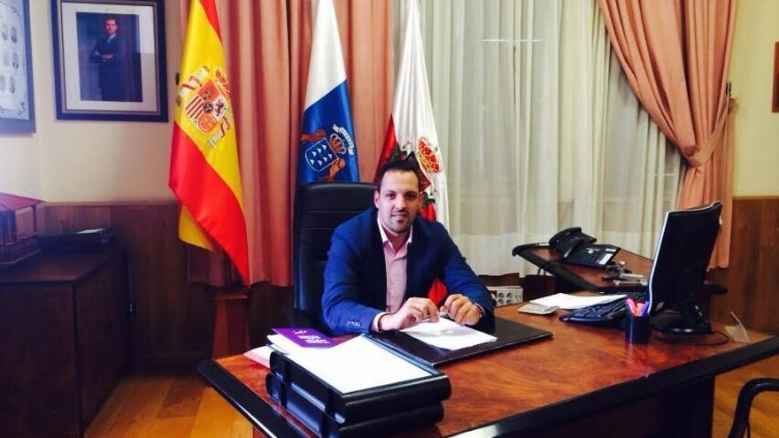 Jonathan Felipe, nuevo alcalde de Breña Alta, este lunes, en su despacho.